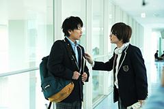 映画「バクマン。」より、佐藤健演じる最高と神木隆之介演じる秋人。