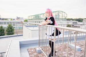 屋上で遠くを見つめるえなこ。