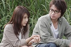 映画「僕だけがいない街」より、片桐愛梨(有村架純)と藤沼悟(藤原竜也)の登場シーン。