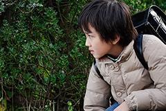 映画「僕だけがいない街」より、中川翼演じる藤沼悟の登場シーン。外見は小学生だが、意識は「リバイバル」してきた29歳の悟という役どころ。