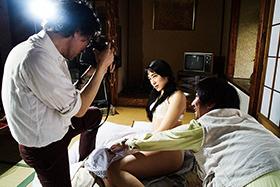 菊地成孔演じるカメラマンがヌード撮影をするシーン。
