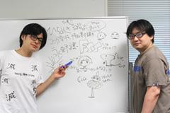 ホワイトボードを使い講義をする西島大介(左)、さやわか(右)。
