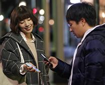 ドラマ「フルーツ宅配便」より、仲里依紗演じる本橋えみと、濱田岳演じる咲田真一。