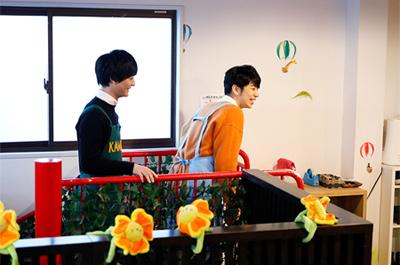 子供たちがいる2階へ上がってきた梅原裕一郎と西山宏太朗。