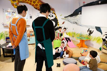 2人は子供たちに自己紹介。パンダの被りものを着用し、かわいらしさにより磨きをかけた子供たちが、西山と梅原を見つめる。