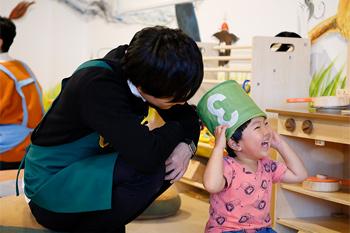 子供を自由に遊ばせて見守る梅原裕一郎。