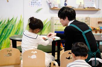本を読むりんちゃんをアシストする梅原裕一郎。