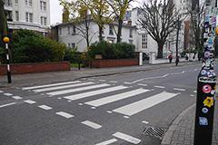 ビートルズのレコードジャケットを飾った、アビイ・ロード・スタジオ前の最も有名な横断歩道。