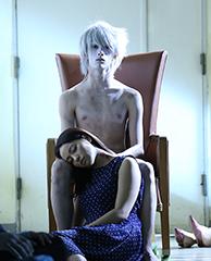 ドラマ「彼岸島」より。栗原類演じる雅(奥)と、水崎綾女演じる篤の恋人・涼子。