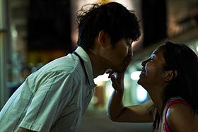 映画「愛しのアイリーン」より、岩男とアイリーンのキスシーン。