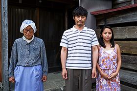 映画「愛しのアイリーン」より。左から木野花演じるツル、安田顕演じる岩男、ナッツ・シトイ演じるアイリーン。