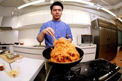 老舗の中華料理店で働いていたというだけあり、今井の炒飯を作る手つきは手慣れたもの。