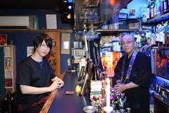 左から徳武竜也、坊主バーの店主・釈源光。