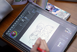 iPadでイラストを描く右腹。完成したイラストは特集の最終ページにて確認を。