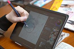 iPadでイラストを描くしろまんた。完成したイラストは特集の最終ページにて確認を。
