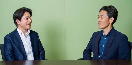左から原泰久、佐藤信介。