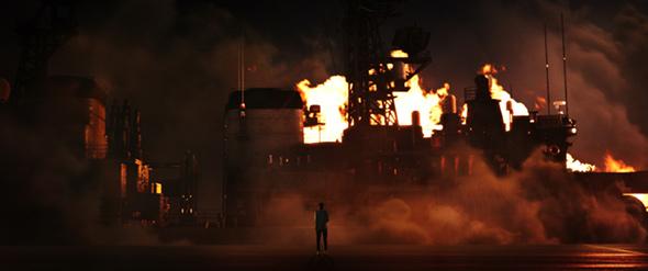 映画「空母いぶき」より、上坂が涙したという護衛艦《はつゆき》が燃え上がるシーン。