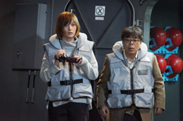 映画「空母いぶき」より、本田翼演じる本多裕子(左)と、小倉久寛演じる田中俊一(右)。