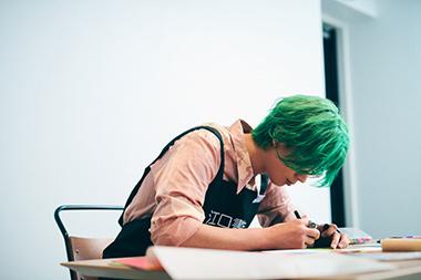 「幽☆遊☆白書」のPOPを作る江口拓也。