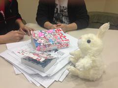 写真左から石黒正数、カラスヤサトシ。ウサギの人形は水沢悦子の代役として登場。