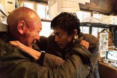 映画「ミュージアム」より、妻夫木聡演じるカエル男と小栗旬演じる沢村が対峙するシーン。