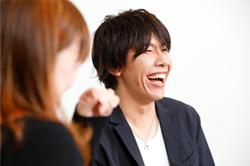 笑顔を弾けさせる佐藤拓也。