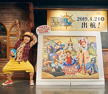 「Cruise History」のビジュアル前でポーズをキメる加藤諒。