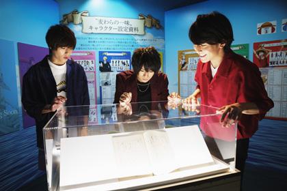 3人はアニメ「ONE PIECE」の20周年を記念した企画展「Cruise History」でアニメの台本を熟視。