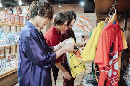「トンガリストア」で東京ワンピースタワー限定Tシャツをチョイスする3人。永田崇人は裏の生地まで入念に確認している。