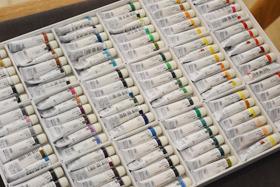 10年ほど前に友人からプレゼントされたという「ホルベイン透明水彩・W422:108色(全色)セット」。ずっと使い続けているが、なくなる気配がないと稲は語っていた。