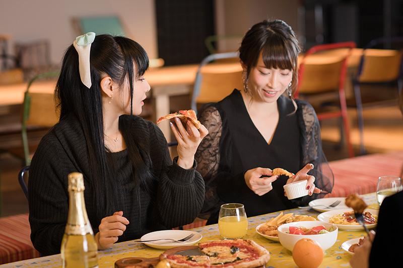 ピザとポテトに舌鼓を打つゆかなと名塚佳織。