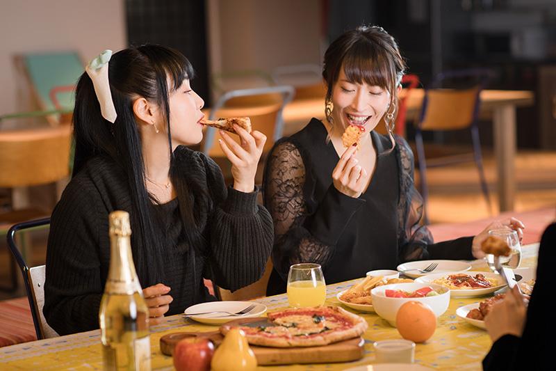 楽しそうにピザを頬張る2人。