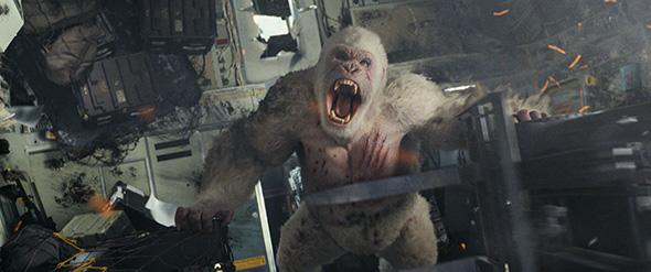 映画「ランペイジ 巨獣大乱闘」より。街を破壊するゴリラのジョージ。