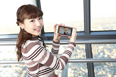ARスポットで「姫ちゃんのリボン」の髪型フレームを使って撮影する神田沙也加。