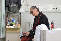 品川徹が演じる早撃ちのマック。病院でも愛銃を肌身離さず持ち歩いているが、看護婦からはいつもモデルガンで遊んでいるとからかわれている。