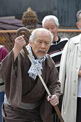 樋浦勉演じるステッキのイチゾウ。刀をステッキに仕込んで持ち歩いている。