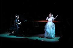 4月に大阪・フェスティバルホールにて開催された「美少女戦士セーラームーン25周年記念 Classic Concert」再演の様子。小坂明子と石田燿子による「タキシード・ミラージュ」のセッション。