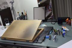 和久井の仕事机。必要最低限の道具のみの、シンプルなデスクだ。