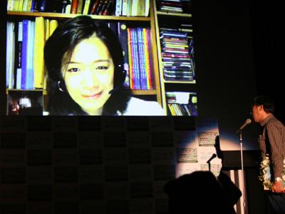 2010年3月17日にニッポン放送で行われた「マンガ大賞2010」授賞式にて、会場とスカイプで話すヤマザキ。