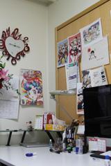 吉河美希の仕事机。壁に貼られた紙の中には、ドラマ版「ヤンメガ」で足立を演じた仲里依紗によるイラストも。