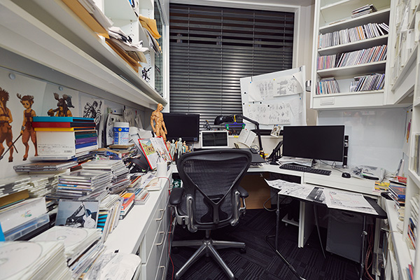 三浦建太郎の机は、アシスタントの部屋の隣に位置する。