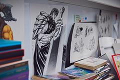 尊敬する原哲夫が描いたイラストも、仕事机の近くに。