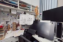 アシスタントの机にも資料がたくさん並ぶ。