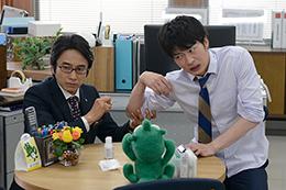 「おっさんずラブ」より、田中圭扮する春田創一(右)と眞島秀和演じる武川政宗(左)。