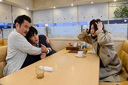 「おっさんずラブ」より、吉田鋼太郎演じる黒澤武蔵(左)に抱き寄せられる春田創一(中央)と、大塚寧々扮する黒澤蝶子(右)。