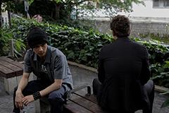 「悪と仮面のルール」より。左から伊藤亮祐、久喜文宏。