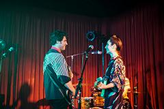 「バンド・エイド」より、ベン(左)とアナ(右)。