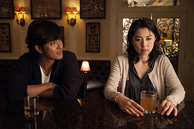 「Man from Reno」より、左からアキラ(北村一輝)、アキ(藤谷文子)。