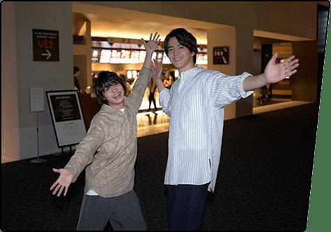 とある月曜日、松岡広大(左)と甲斐翔真(右)が、TOHOシネマズ 六本木ヒルズを訪問!