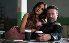 「ベイビー・ドライバー」より、ジョン・ハム演じるバディ(右)、エイザ・ゴンザレス演じるダーリン(左)。